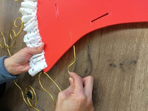 步驟 3: 先把鋁線圖像固定在PP板上,由於PP板中間是空心,鋁線可以插在PP板的邊緣便已經非常穩固。