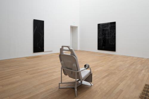 展覽場景:Anne Imhof ,於「表演社會:性別的暴力言語不通」。鳴謝: Anne Imhof & Galerie Buchholz, Berlin/Cologne/New York。