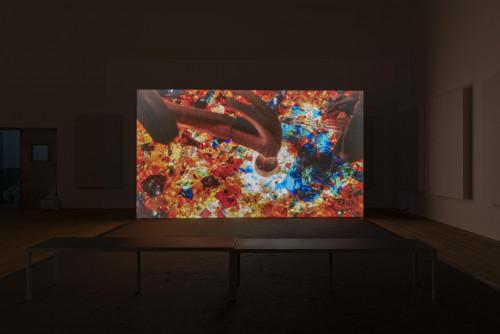 Mika Rottenberg,《星際發電機》,2017年。